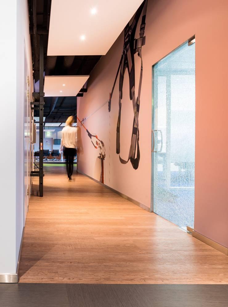 Entree showroom :  Kantoor- & winkelruimten door INZIGHT architecture