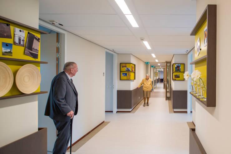 Gang woonzorggebouw de Koekoek:  Gezondheidscentra door INZIGHT architecture, Modern