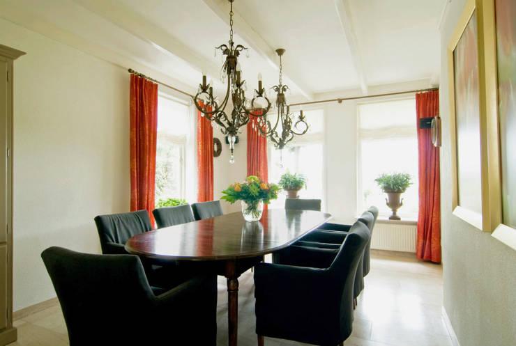 Vrijstaande villa :  Eetkamer door Atelier09, Klassiek