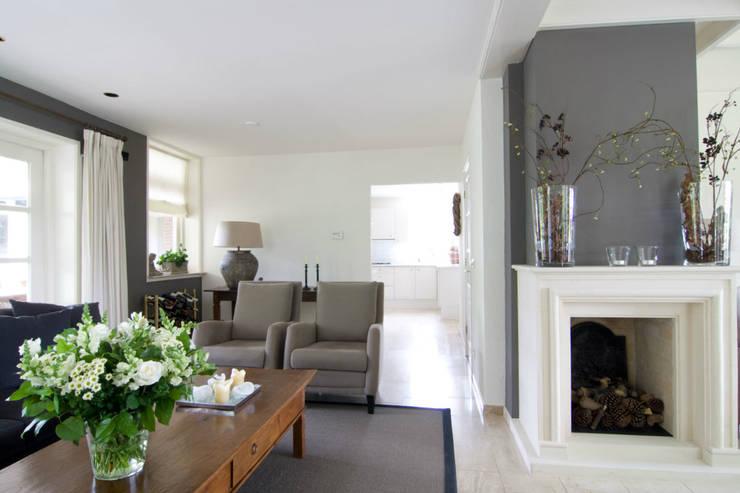 Vrijstaande villa :  Woonkamer door Atelier09, Klassiek