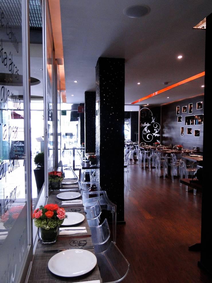 Interior Despues:  de estilo  por Pereg&Teran Arquitectos