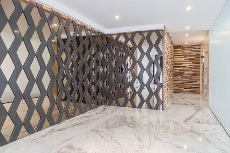 Tabachines 40: Pasillos y recibidores de estilo  por PHia
