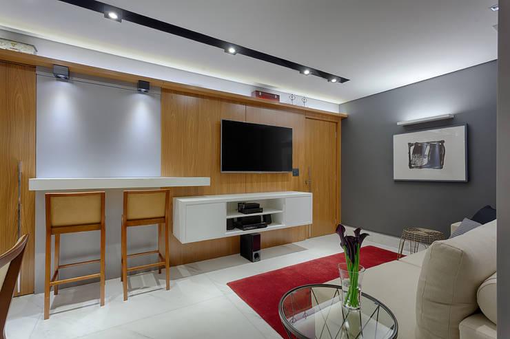 Salas de estar modernas por Emmanuelle Eduardo Arquitetura e Interiores