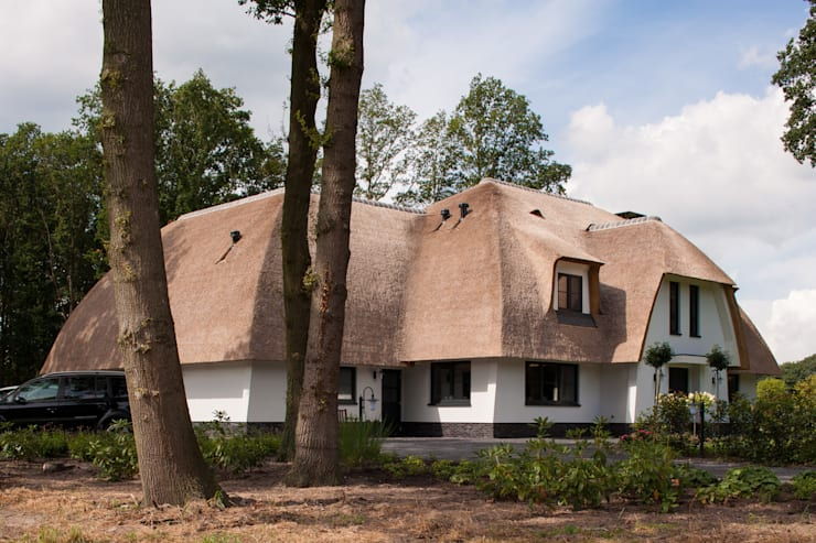 Eigentijdse rietgedekte villa te Overijssel:   door 01 Architecten