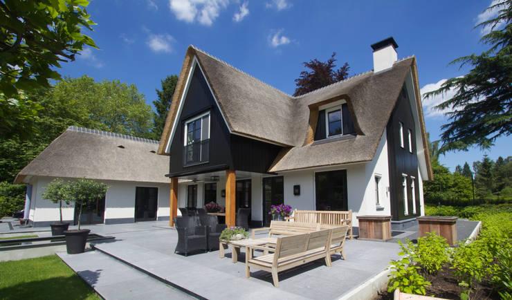 Vrijstaande rietgedekte villa te Blaricum:   door 01 Architecten