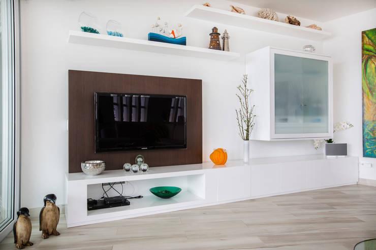 mueble tv: Salas / recibidores de estilo  por Carughi Studio
