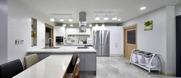 Kitchen by 윤성하우징,