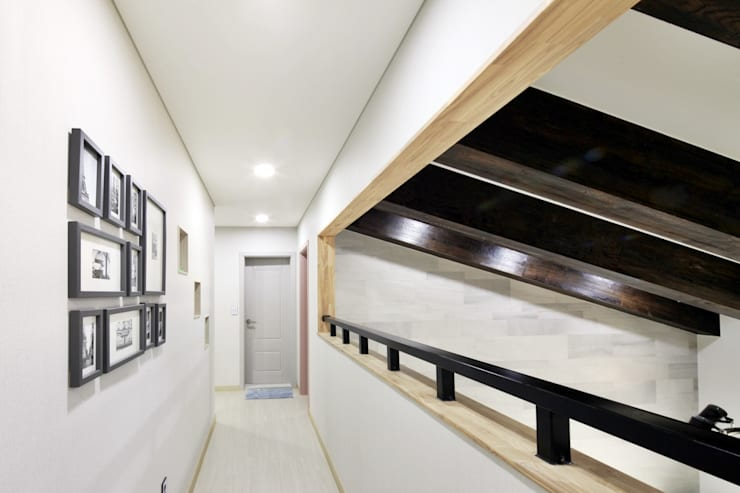 여수 밤바다를 가족 품 안에 (여수 웅천동 주택): 윤성하우징의  복도 & 현관
