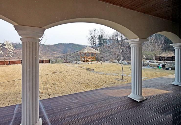 나만의 소중한 스토리가 담겨있는 대저택 (상주 송지리 주택): 윤성하우징의  정원