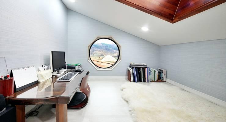나만의 소중한 스토리가 담겨있는 대저택 (상주 송지리 주택): 윤성하우징의  서재 & 사무실
