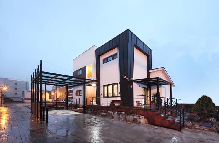 서로 다른 공간의 완벽한 어울림(대전 문창동 주택): 윤성하우징의  주택