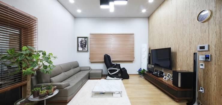서로 다른 공간의 완벽한 어울림(대전 문창동 주택): 윤성하우징의  거실