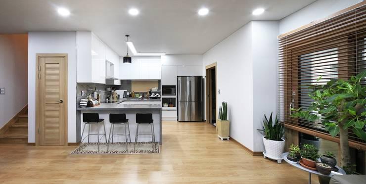 서로 다른 공간의 완벽한 어울림(대전 문창동 주택): 윤성하우징의  주방