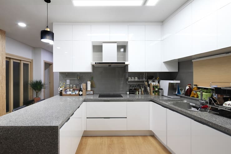 Kitchen by 윤성하우징