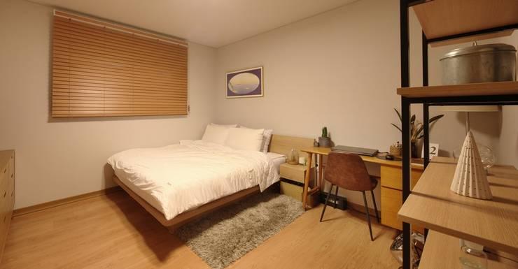서로 다른 공간의 완벽한 어울림(대전 문창동 주택): 윤성하우징의  침실