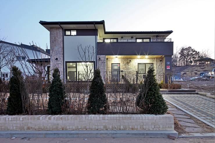 은평 뉴타운에 자리잡은 네 가족의 꿈 (서울 은평구 주택): 윤성하우징의  주택
