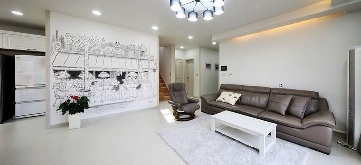 은평 뉴타운에 자리잡은 네 가족의 꿈 (서울 은평구 주택): 윤성하우징의  거실
