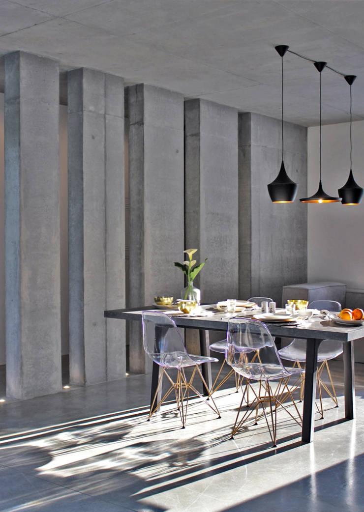 PRIMAVERA VERÃO: Sala de jantar  por Entre Led e Design