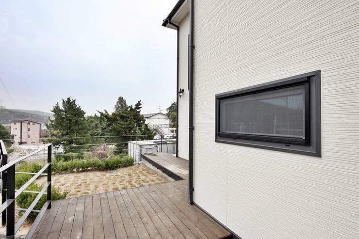 이웃과 함께하는 전원생활 (용인 고기동 주택): 윤성하우징의  주택