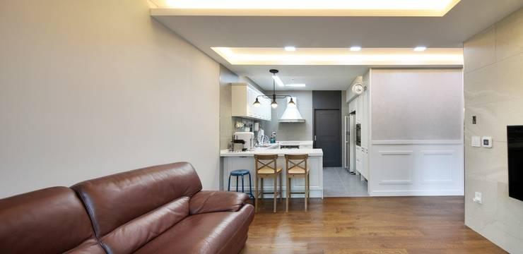 이웃과 함께하는 전원생활 (용인 고기동 주택): 윤성하우징의  거실