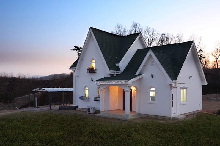 동화 속에 나오는 언덕 위 나의 집(충주 괴동리): 윤성하우징의  주택