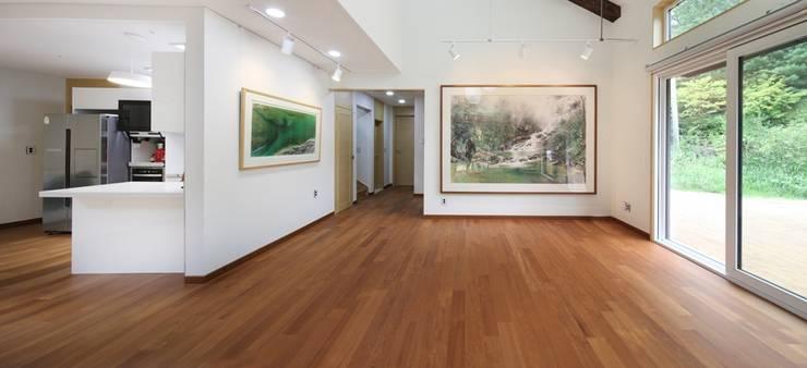 푸른 숲 속, 나만의 미술관 (양평 문호리): 윤성하우징의  거실