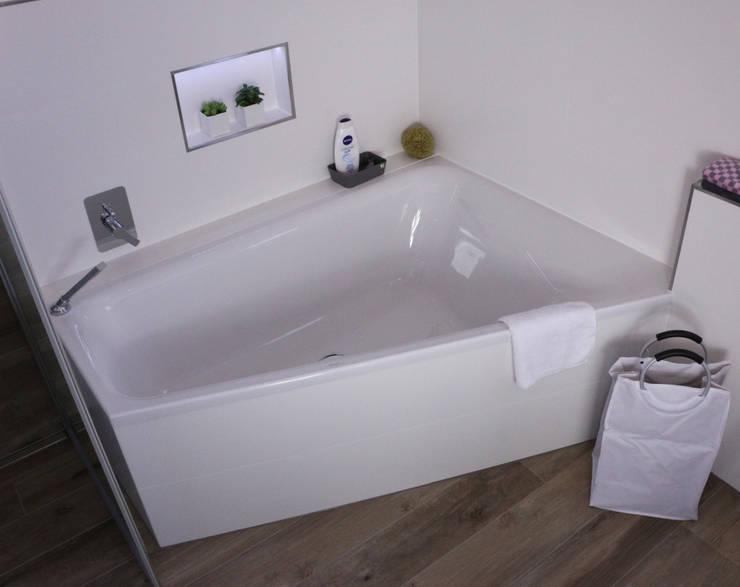 Badezimmer mit fliesen in einer holzoptik von elmar franke for Badezimmer fliesen ausstellung