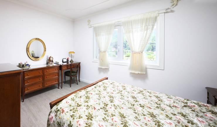 자연 속 힐링의 공간(원주 성남리 주택): 윤성하우징의  침실