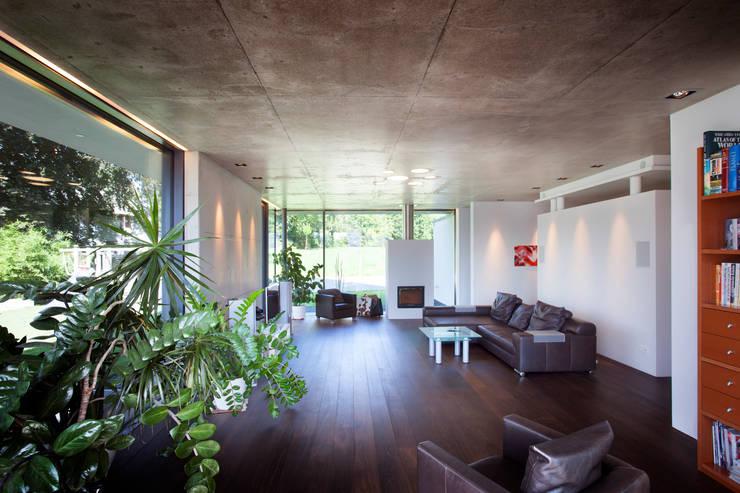 Salas de estar modernas por Klaus Geyer Elektrotechnik