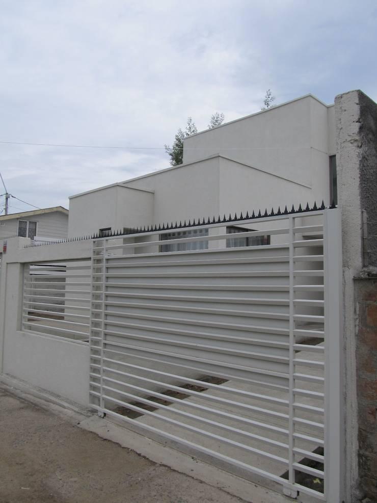 CASA CUADRADA: Casas de estilo  por +ARQ