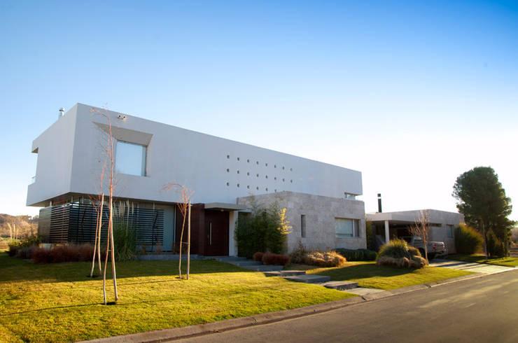 Vista Frontal : Casas de estilo  por Poggi Schmit Arquitectura