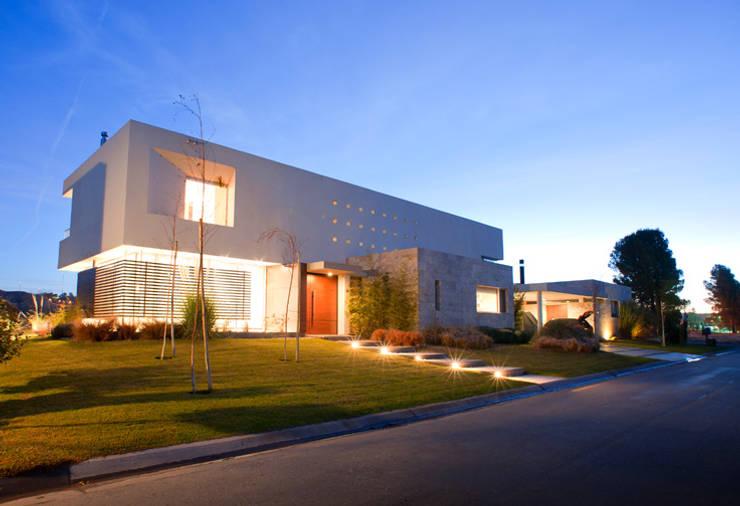 Vista Frontal 02: Casas de estilo  por Poggi Schmit Arquitectura