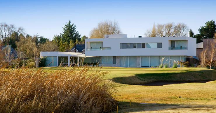 Vista desde Patio: Casas de estilo  por Poggi Schmit Arquitectura