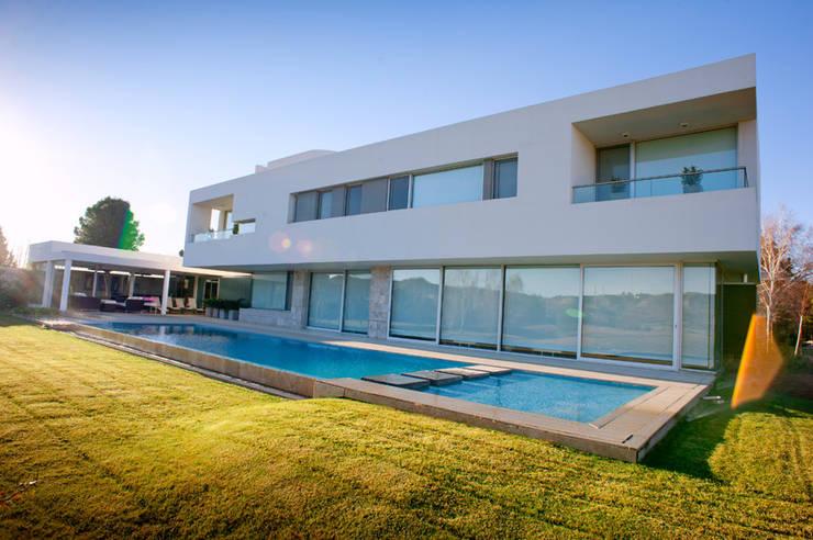 Vista desde Patio 02: Casas de estilo  por Poggi Schmit Arquitectura