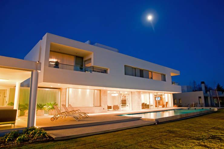 Vista desde Patio 04: Casas de estilo  por Poggi Schmit Arquitectura