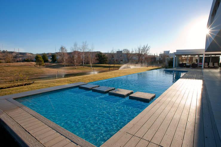 Vista Piscina: Piletas de estilo  por Poggi Schmit Arquitectura