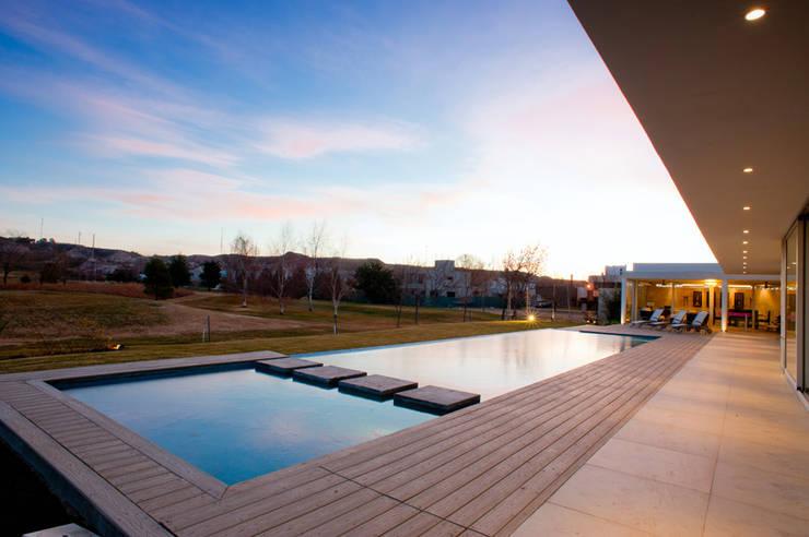 Vista Piscina 02: Piletas de estilo  por Poggi Schmit Arquitectura
