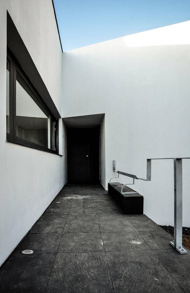 CASA IN: Casas  por Pedro Mosca & Pedro Gonçalves, Arquitectos, Lda