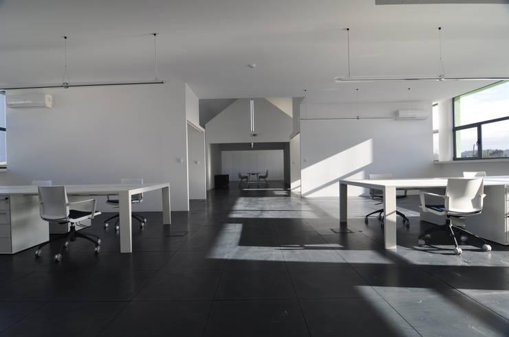ESCRITÓRIOS : Escritórios e Espaços de trabalho  por Pedro Mosca & Pedro Gonçalves, Arquitectos, Lda