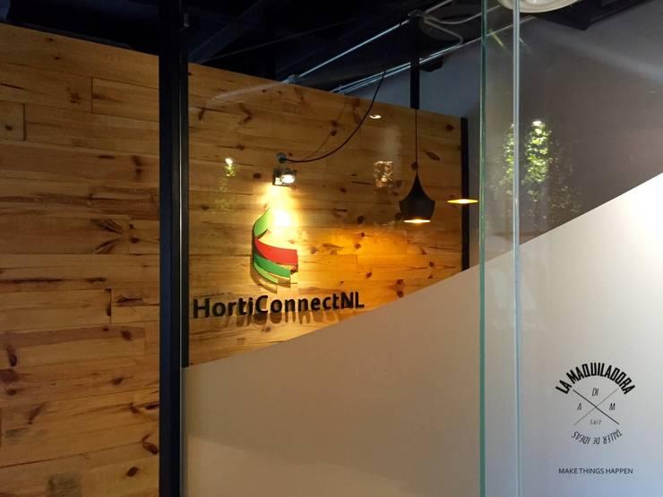 Oficinas y tiendas de estilo industrial de La Maquiladora / taller de ideas Industrial