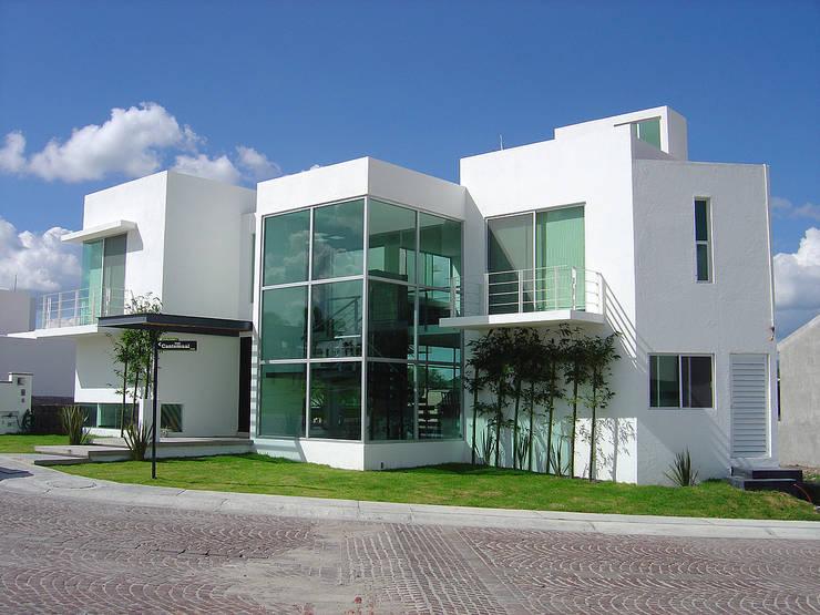 Fachada Principal: Casas de estilo  por AParquitectos