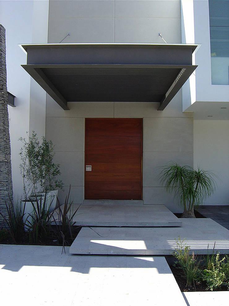 Acceso: Casas de estilo  por AParquitectos