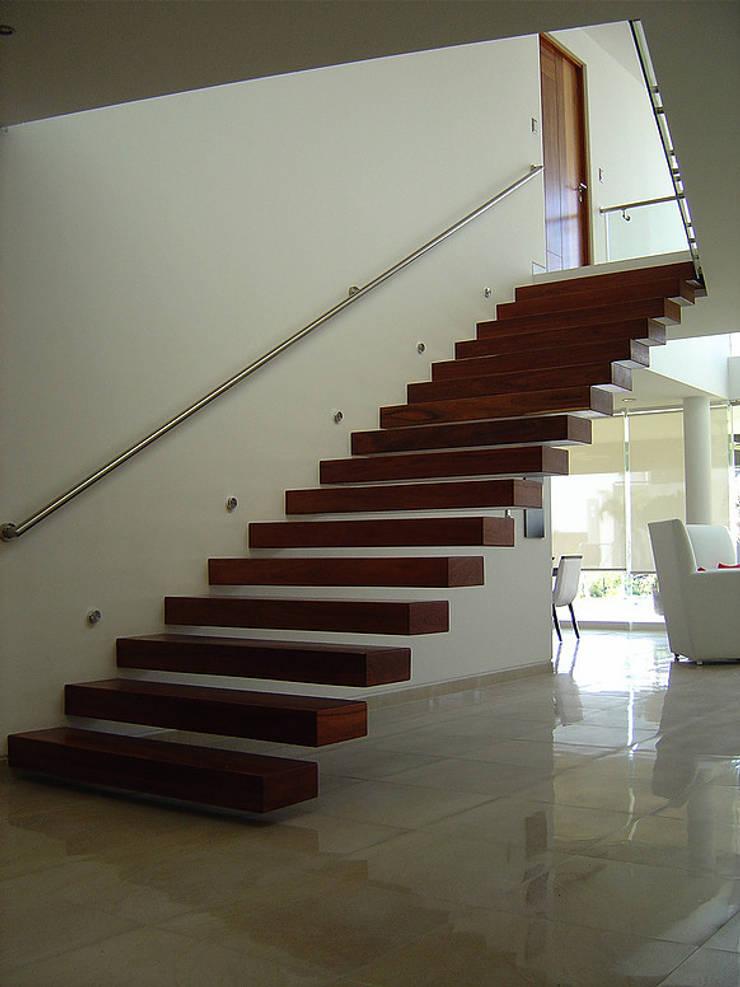 Escalera empotrada de madera : Pasillos y recibidores de estilo  por AParquitectos