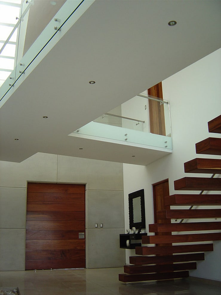 Escalera con puente: Pasillos y recibidores de estilo  por AParquitectos