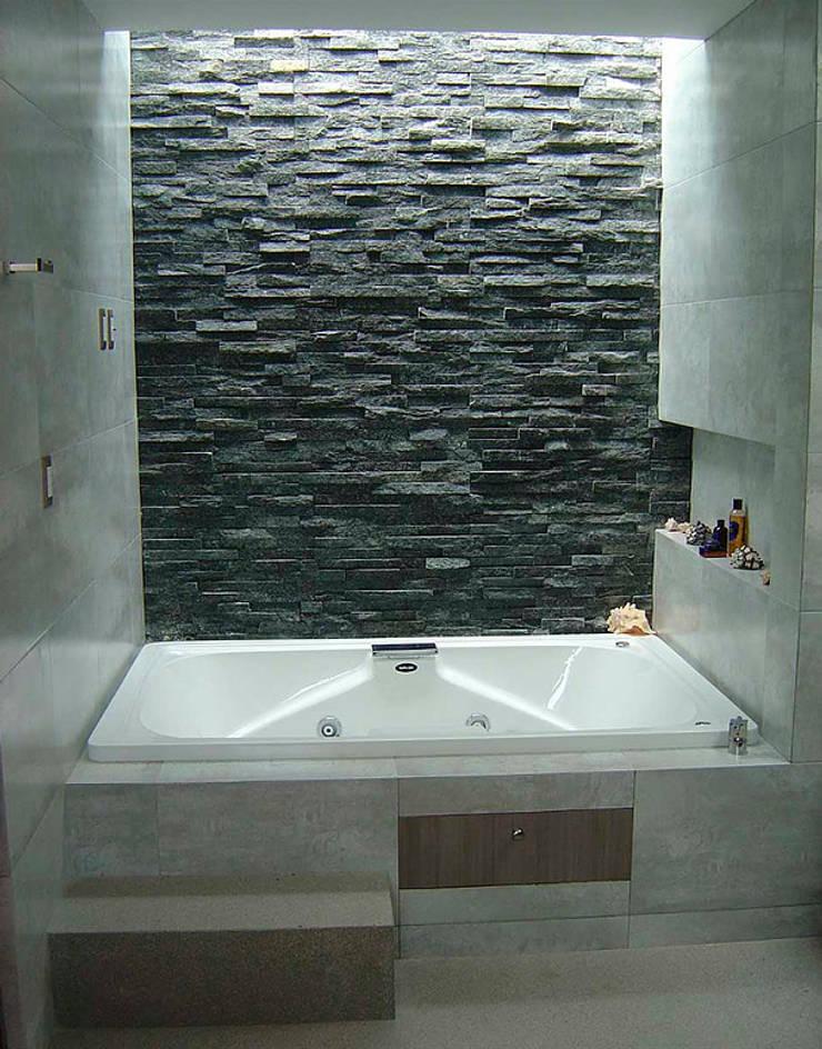 Tina : Baños de estilo  por AParquitectos