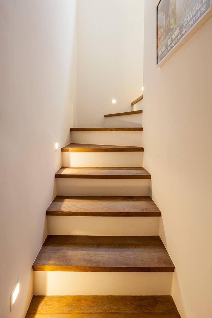 Corridor & hallway by Tria Arquitetura