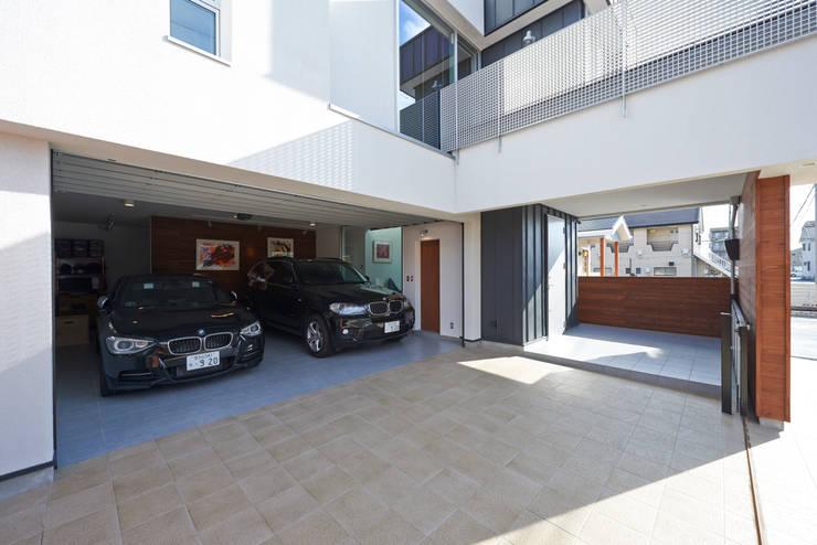 富士を望む家: 佐賀高橋設計室/SAGA + TAKAHASHI architects studioが手掛けたガレージです。