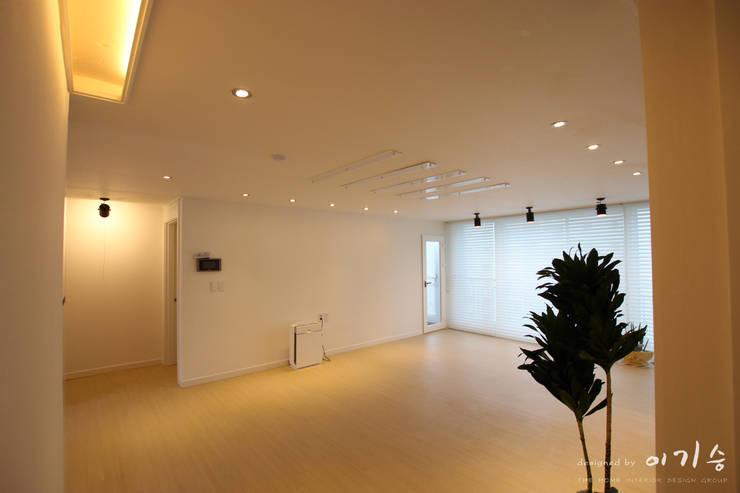 둔산동 한마루아파트 37평형: 더홈인테리어의  거실,모던