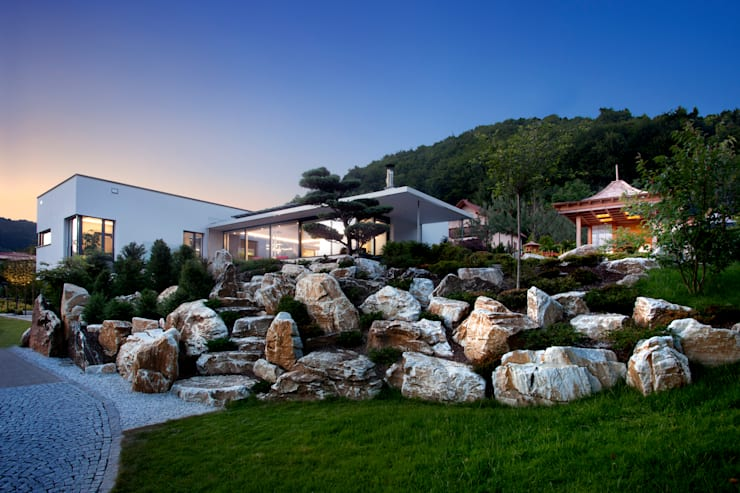 Casas de estilo asiático por Klaus Geyer Elektrotechnik
