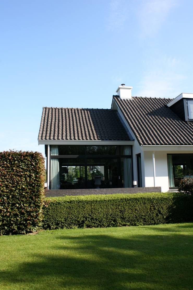 Landelijke eigentijdse woning:  Huizen door Brand BBA I BBA Architecten, Landelijk